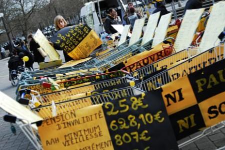 Slogans et pancartes et caddies