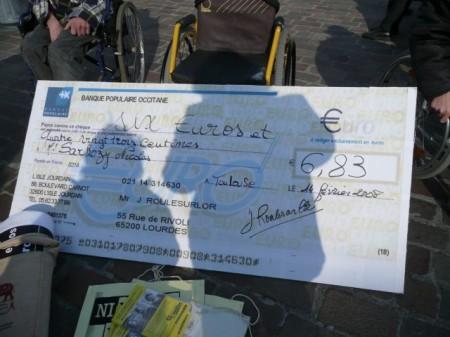 Chèque symbolique remis à un membre du cabinet du
